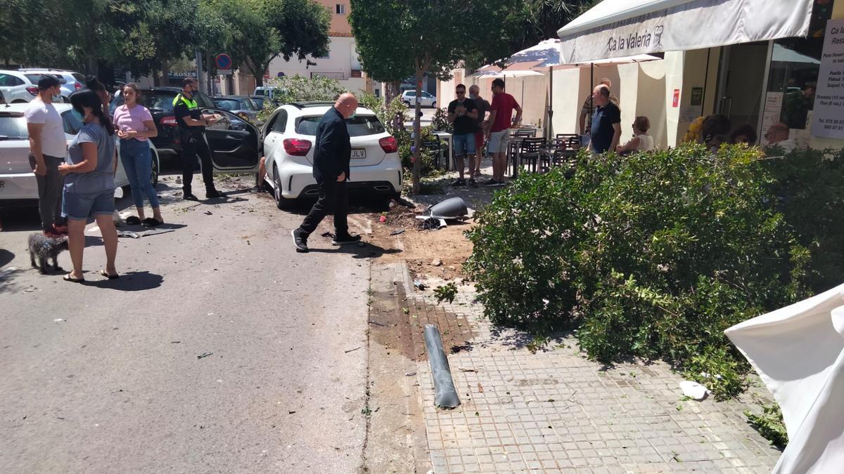 El cotxe accidentat amb les destrosses i la Policia Local de Roses