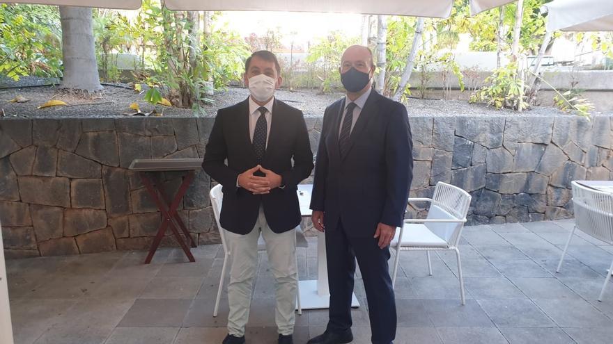 """El alcalde de Santa Cruz plantea al ministro Campo que el Estado respete el REF """"de manera firme"""""""