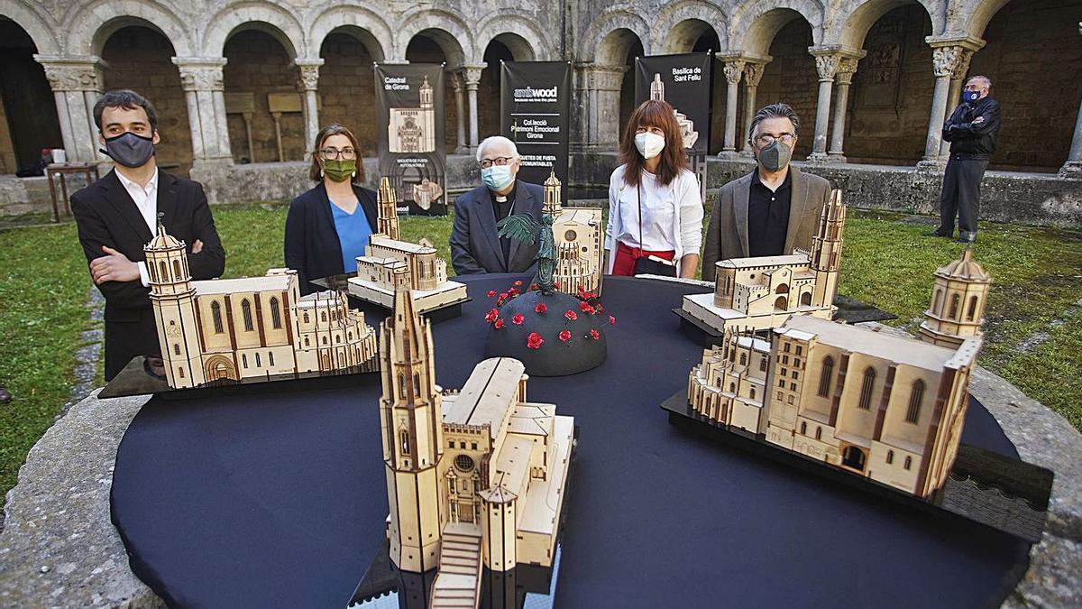 La presentació de les noves maquetes, al claustre de la Catedral de Girona.