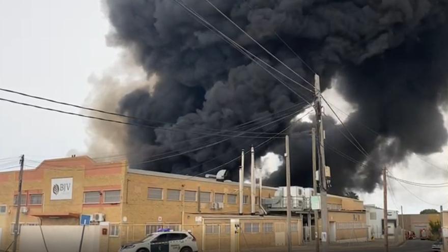 Fuerte incendio en una fábrica del polígono Canastell de San Vicente del Raspeig