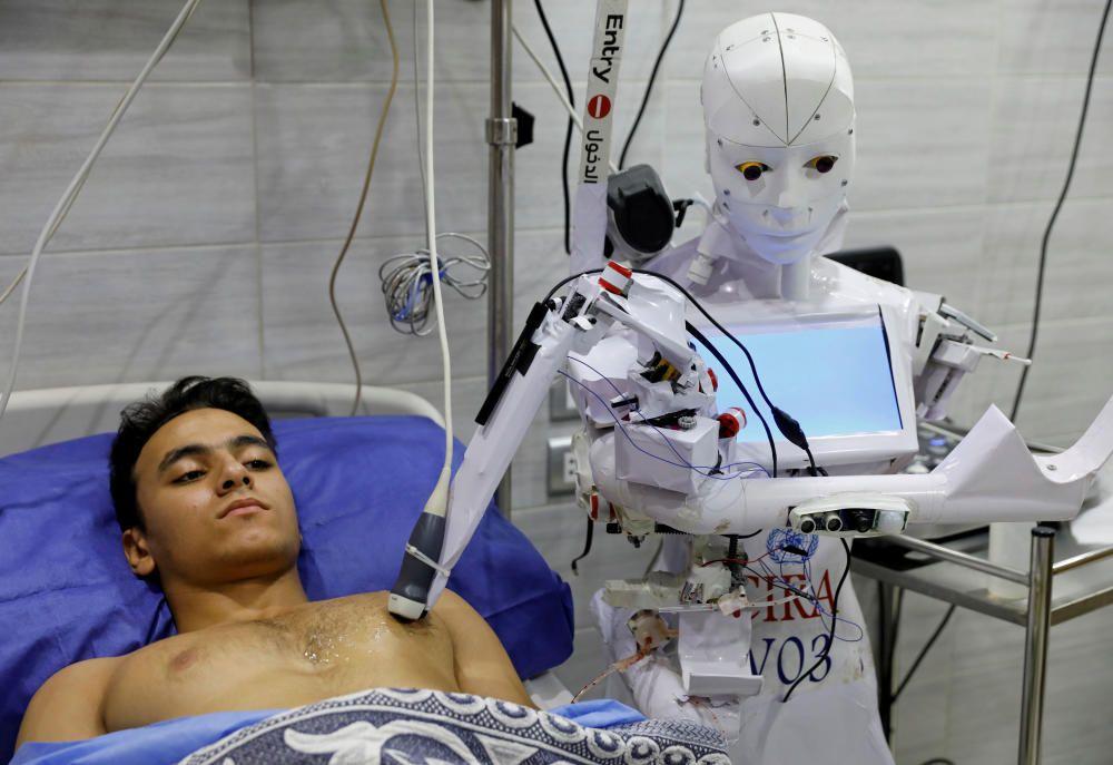 Un voluntario es examinado por Cira 3, un robot a control remoto que realiza pruebas en pacientes con sospecha de enfermedad por coronavirus.