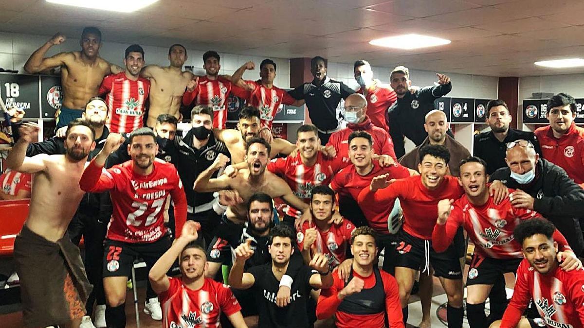 La plantilla del Zamora celebra su brillante victoria contra el Valladolid Promesas en el Ruta de la Plata.   ZCF