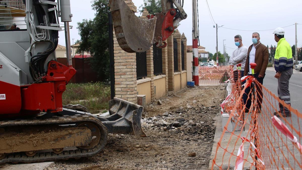 El alcalde de La Carlota inspecciona las obras en el acerado de la carretera de La Paz.