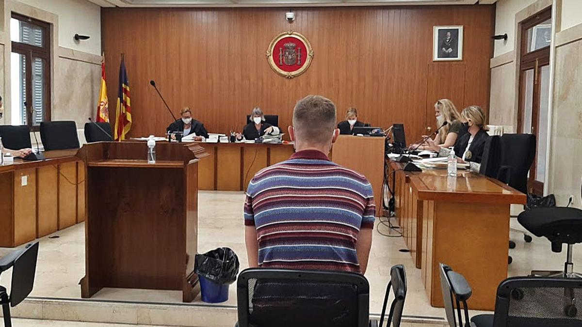 El joven condenado por tráfico de drogas, ayer, en el banquillo de los acusados.    L.MARINA