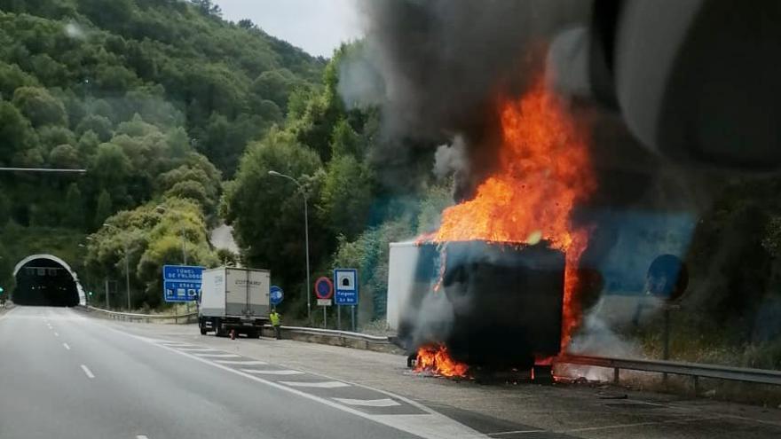 Arde un camión a la entrada del túnel de A Cañiza