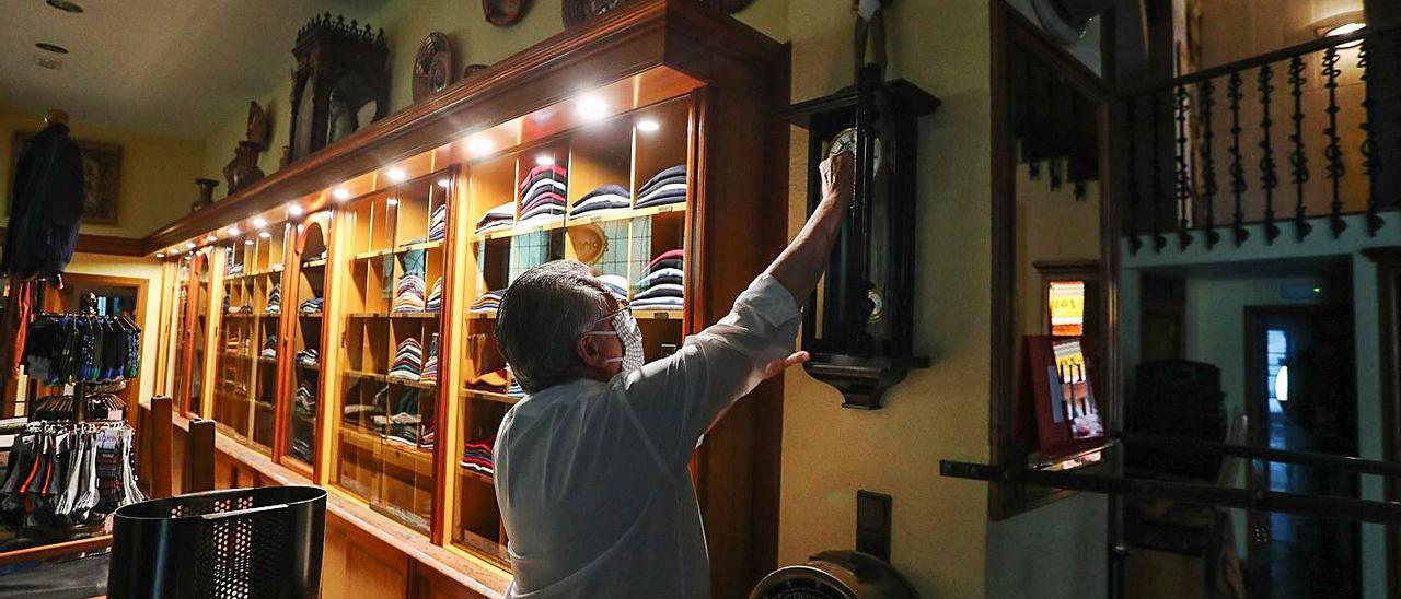 Un comerciante de València prepara la reapertura de su local el pasado 30 de abril. | F. CALABUIG