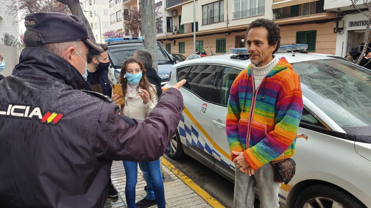 Ángel Ruiz Valdepeñas, en la puerta del Consell mientras un policía le recrimina por no llevar mascarilla.