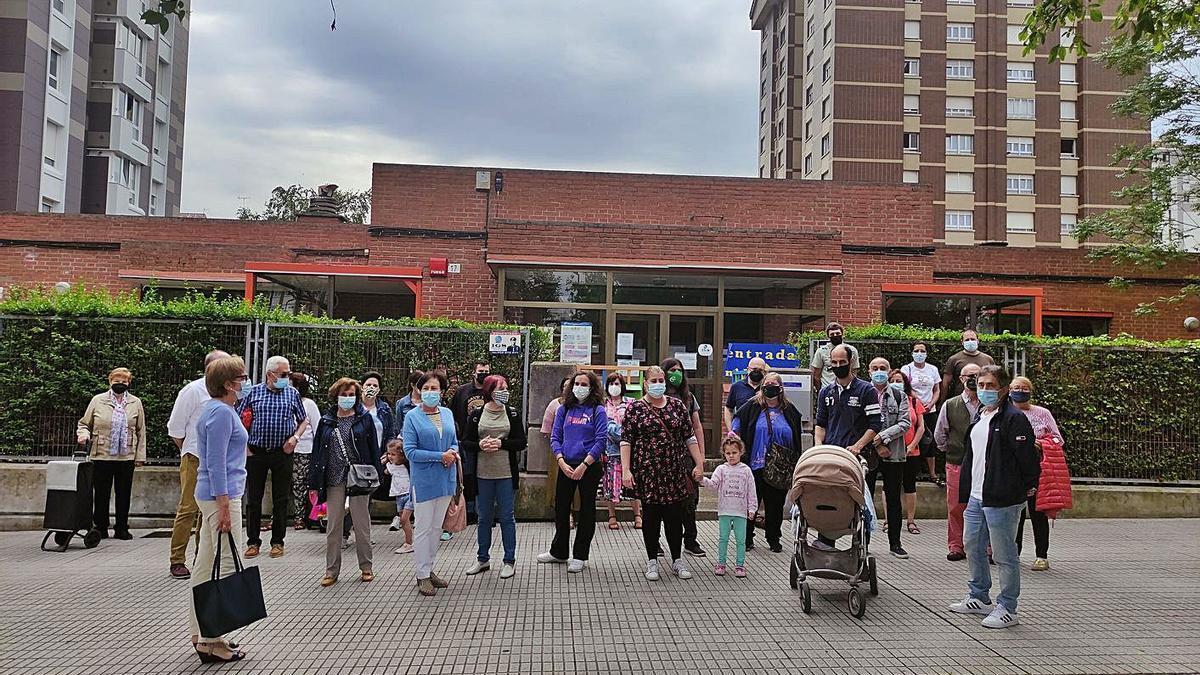 Familias, vecinos y trabajadoras, ayer, manifestándose frente a la puerta del jardín de infancia de Pumarín.