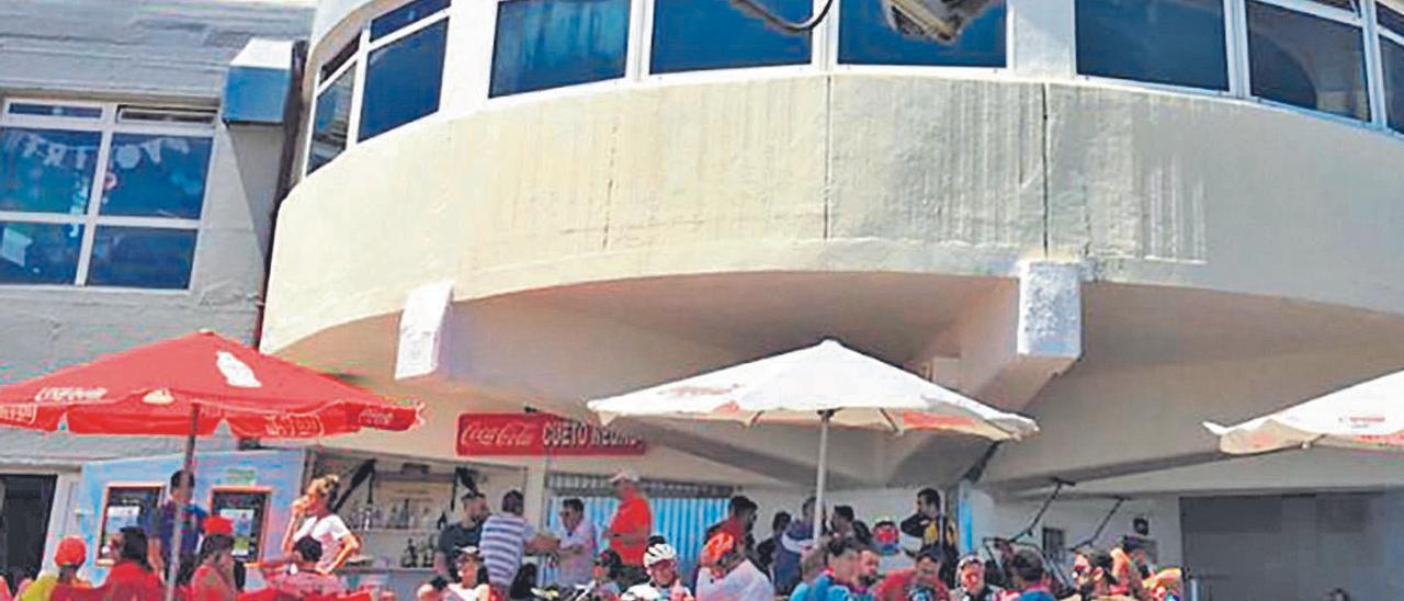 """Turistas, el pasado verano, en la cafetería """"Cuitu Nigru"""" de Pajares."""