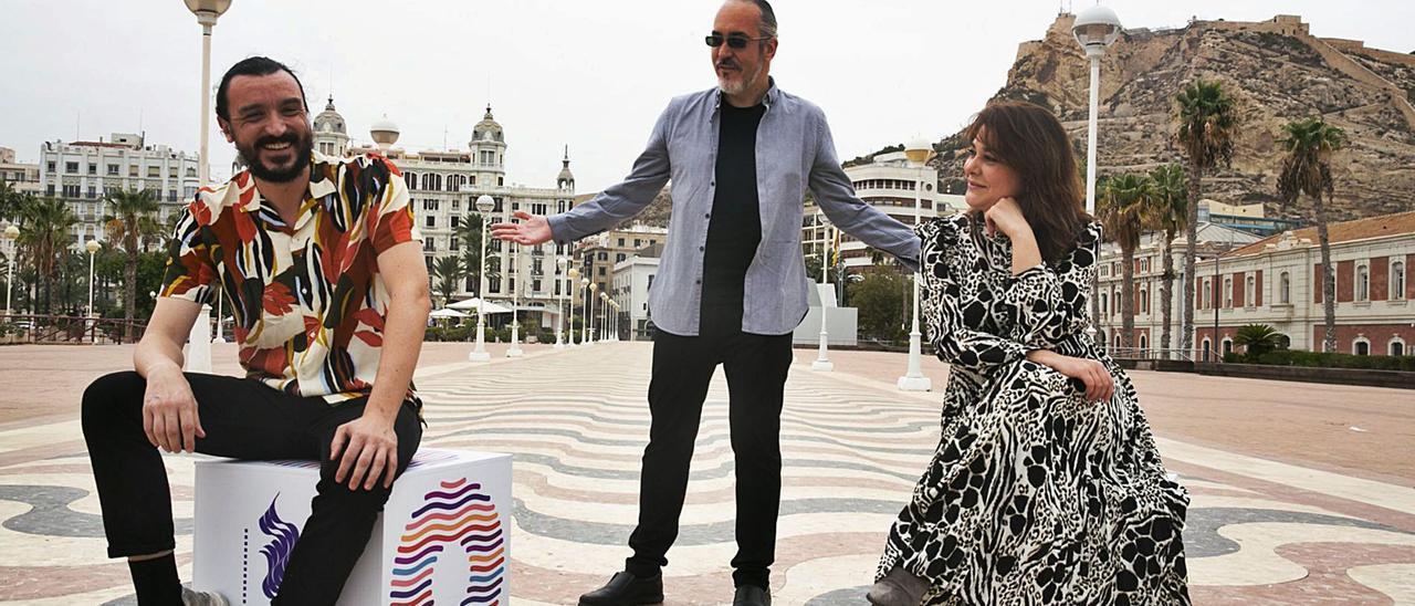 El actor David Pareja, el director de la película Amigo, Óscar Martín, y la productora Elena Muñoz, la pasada semana en Alicante. | RAFA ARJONES
