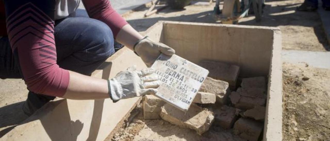 Apertura de la Fosa 63 del cementerio de Paterna, donde habría restos de 19 víctimas de la Vall y la Costera, la semana pasada. | FERNANDO BUSTAMANTE