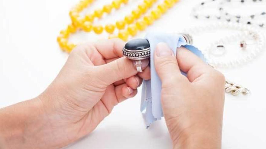 El producto que tienes en casa y es perfecto para limpiar la plata