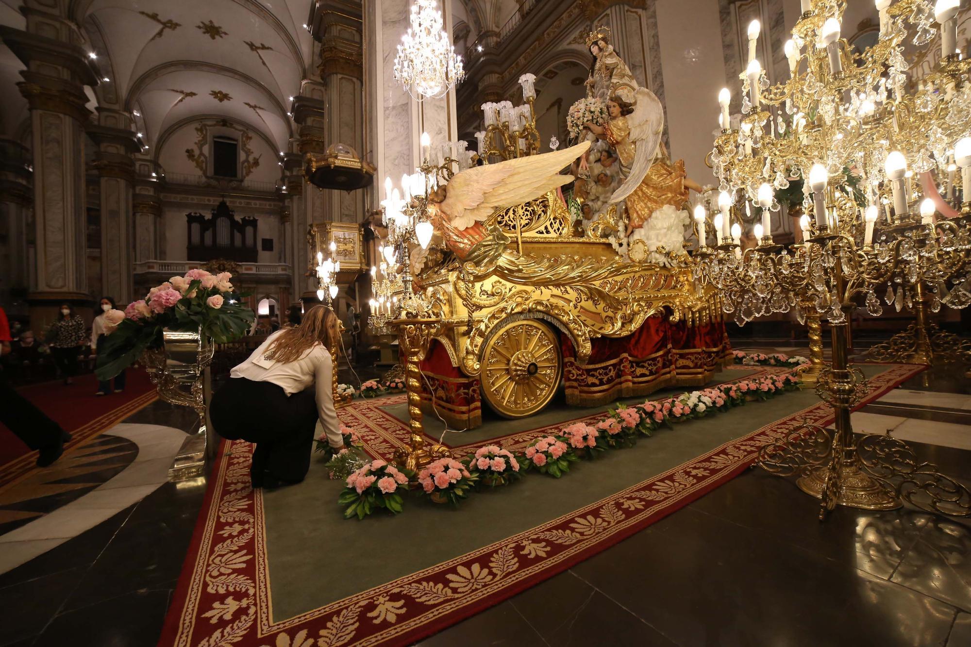 La ofrenda de las rosarieras a la Virgen, en imágenes