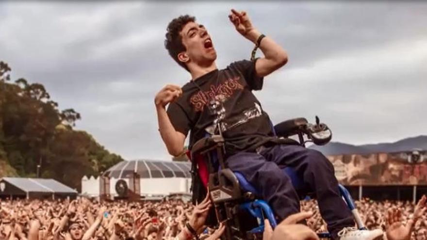Aupado en su silla de ruedas en conciertos del Resurrection Fest