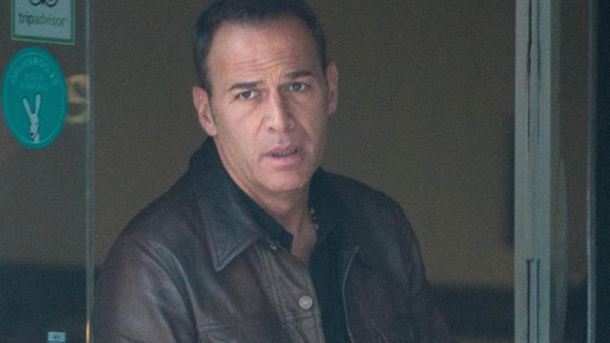Carlos Lozano, con el rostro muy serio.