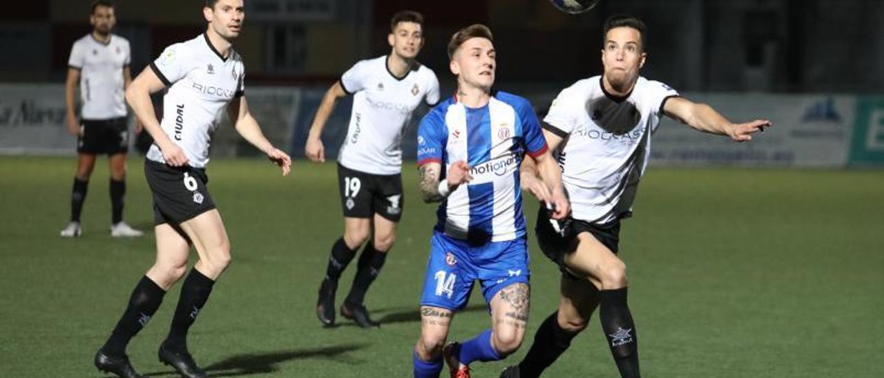 Guille y Keko Hevia pugnan por el balón. | Juan Plaza
