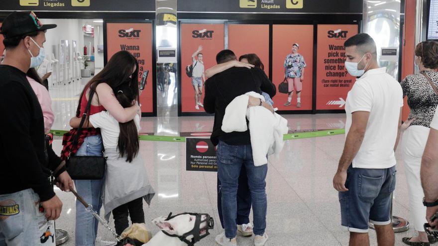 Vuelven los abrazos al aeropuerto de Palma con la entrada libre para acompañantes