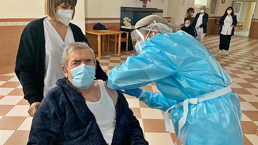 La FOAM pide la tercera dosis urgente a mayores en residencias