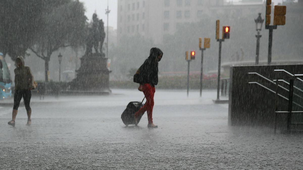 Una persona camina sota la pluja a Barcelona en una imatge d'arxiu.