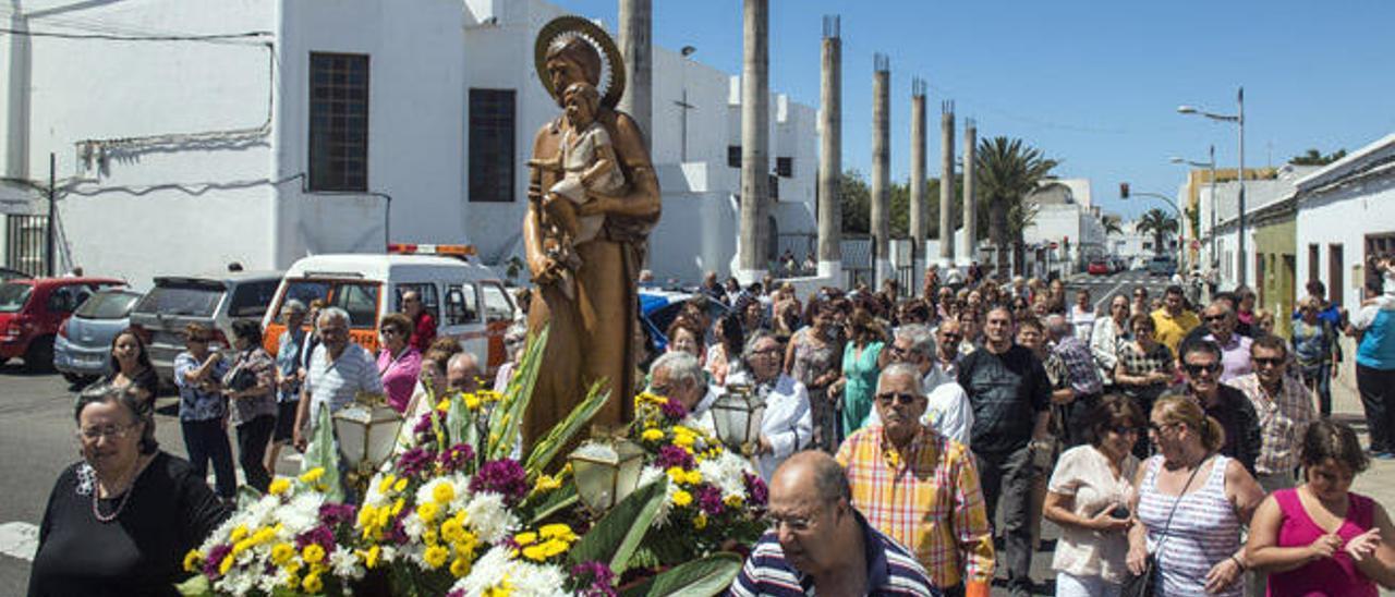 Lupe Toledo (izquierda), ayer, durante la procesión de San José Obrero por las calles de Titerroy, en Arrecife.