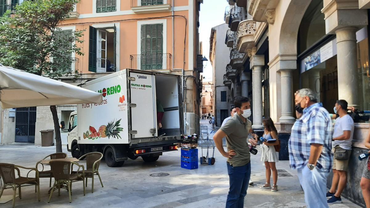 Bartolomé Servera esta mañana en la plaza Weyler con un camión de reparto no asociado detrás.