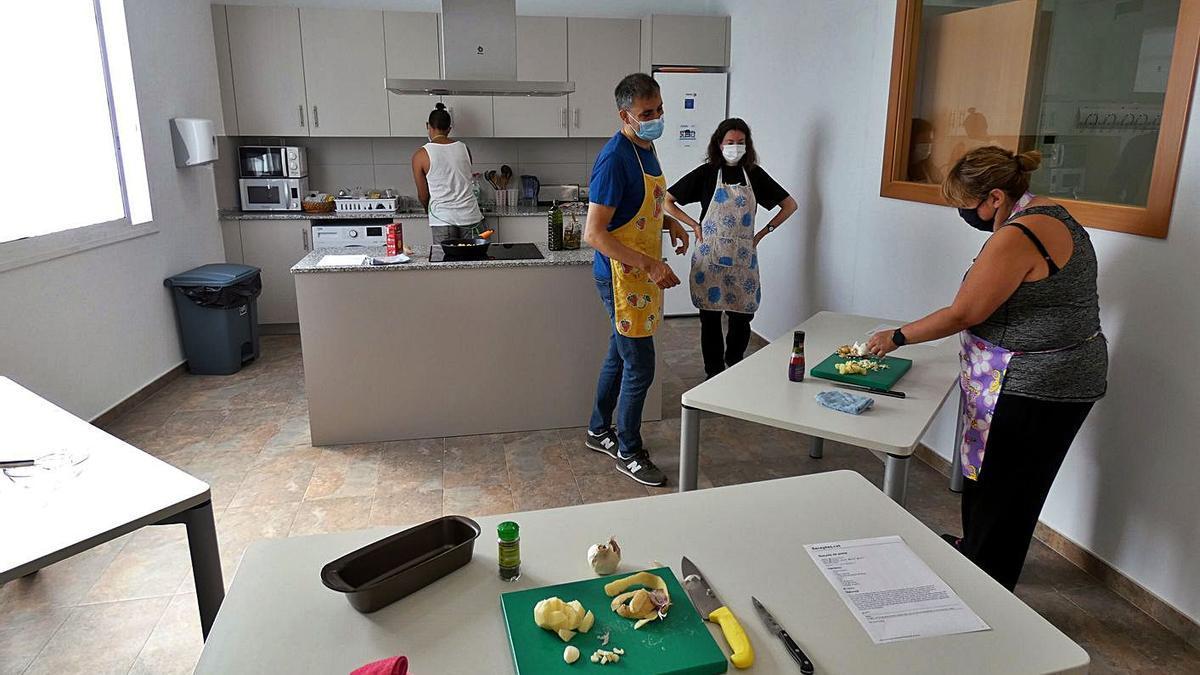 Taller de cuina a la nova seu del Servei de Rehabilitació Comunitària de la Selva marítima.   INSTITUT D'ASSISTÈNCIA SANITÀRIA