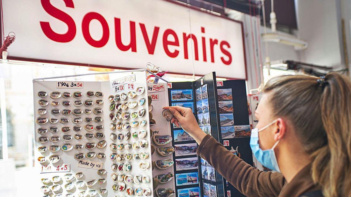 Una turista mira un stand de souvenirs en el centro de Cartagena.