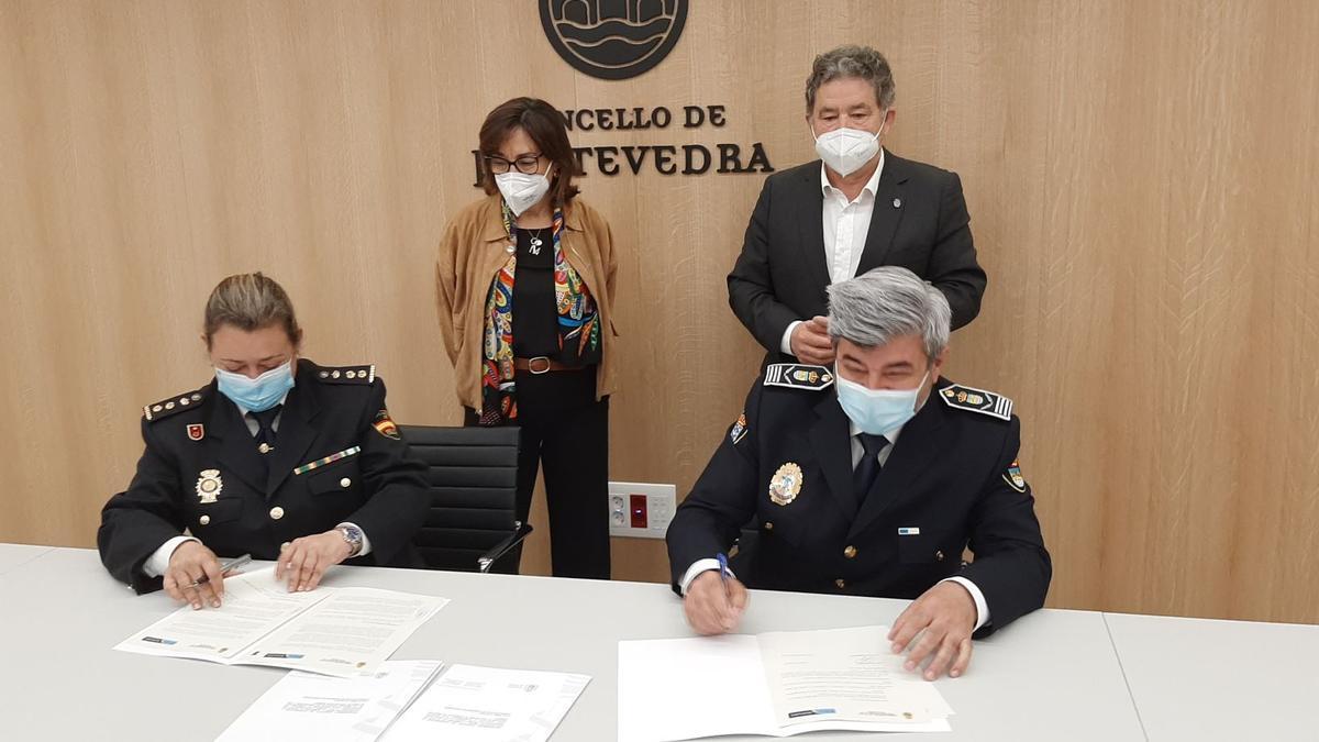 Firma del nuevo protocolo de colaboración entre la Policía Nacional y la Local