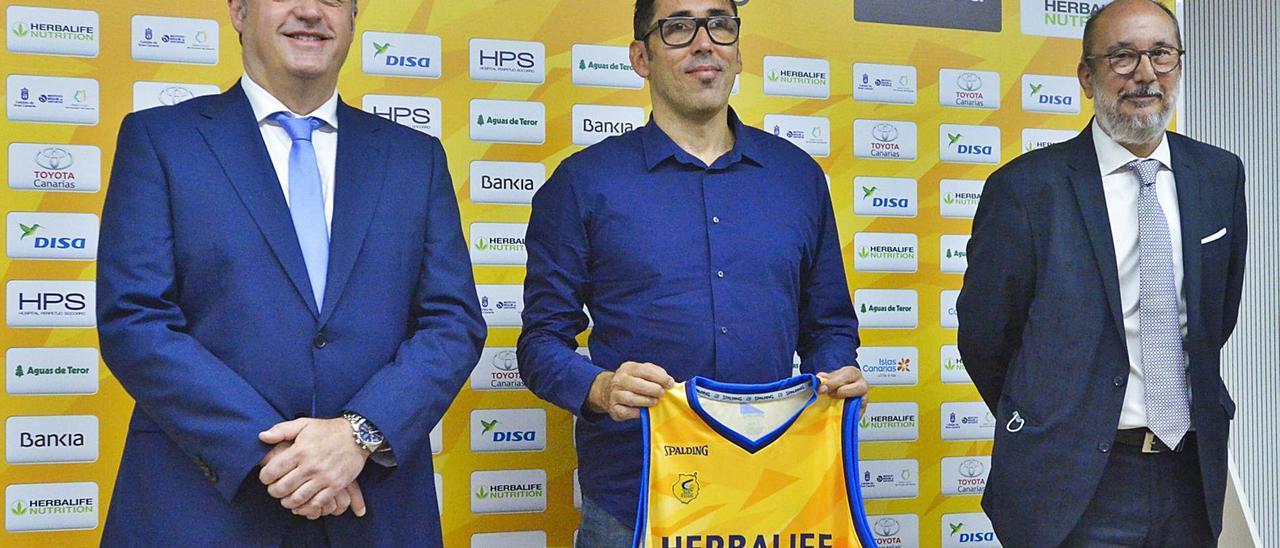 De izquierda a derecha, Francisco Castellano, consejero de Deportes; Willy Villar, director deportivo del Granca, y Enrique Moreno, presidente del club claretiano.     ANDRÉS CRUZ