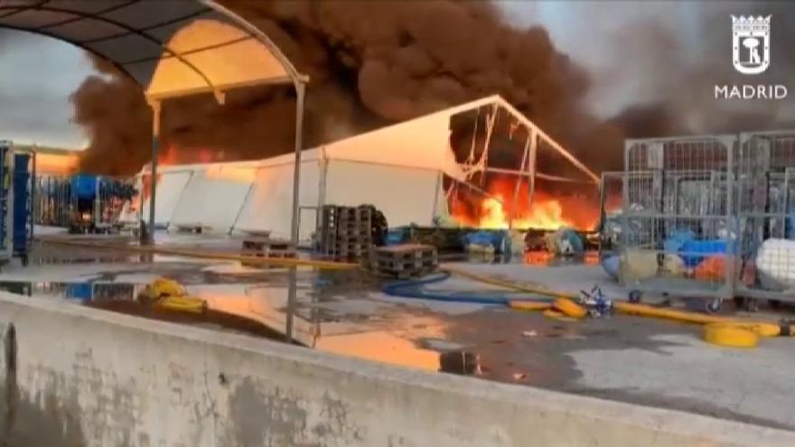 Controlado el incendio en cuatro naves industriales del barrio madrileño de Montecarmelo