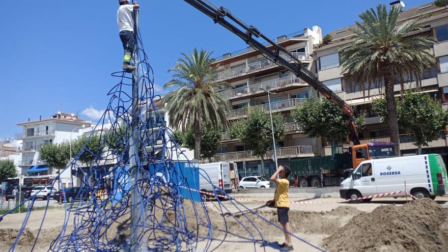 Roses substitueix les xarxes dels jocs infantils de les platges de la Punta i de Santa Margarida