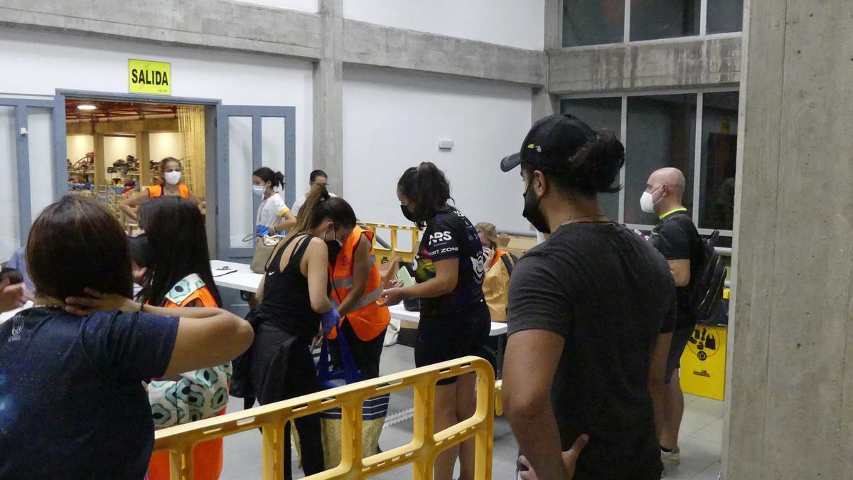 La población de La Palma dona ropa, calzado y muelles para los que han perdido su casa