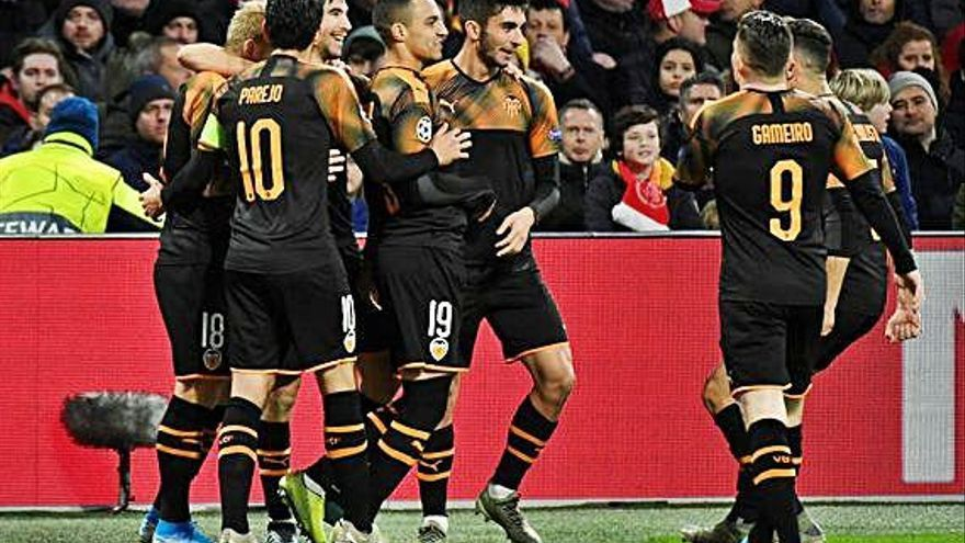 Un gol de Rodrigo conduce al Valencia a los octavos
