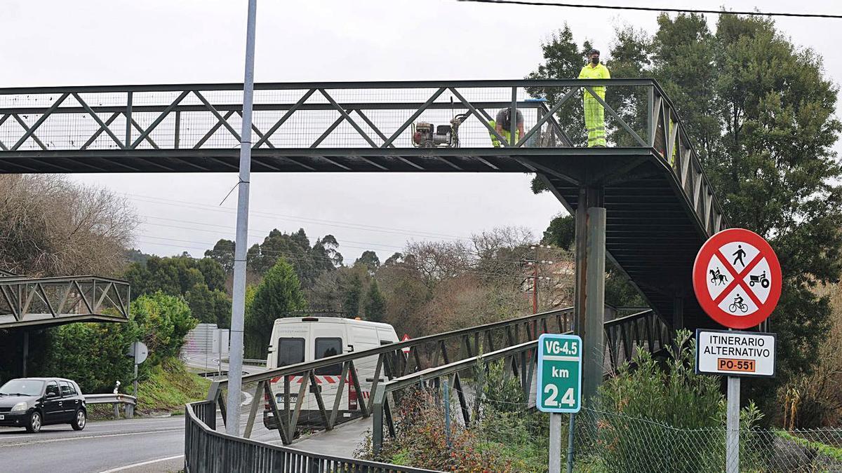 Operarios reparan la pasarela de A Rúa. |   // GONZALO NUÑEZ