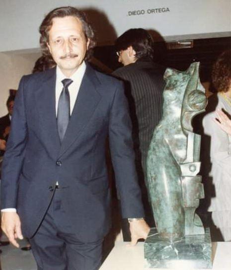 Diego Ortega, en una bienal en Sao Paulo en 1982, con una de sus obras.
