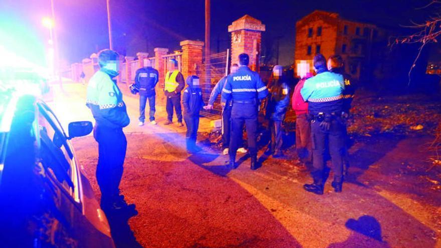 Brutal paliza a dos policías por exigir la mascarilla