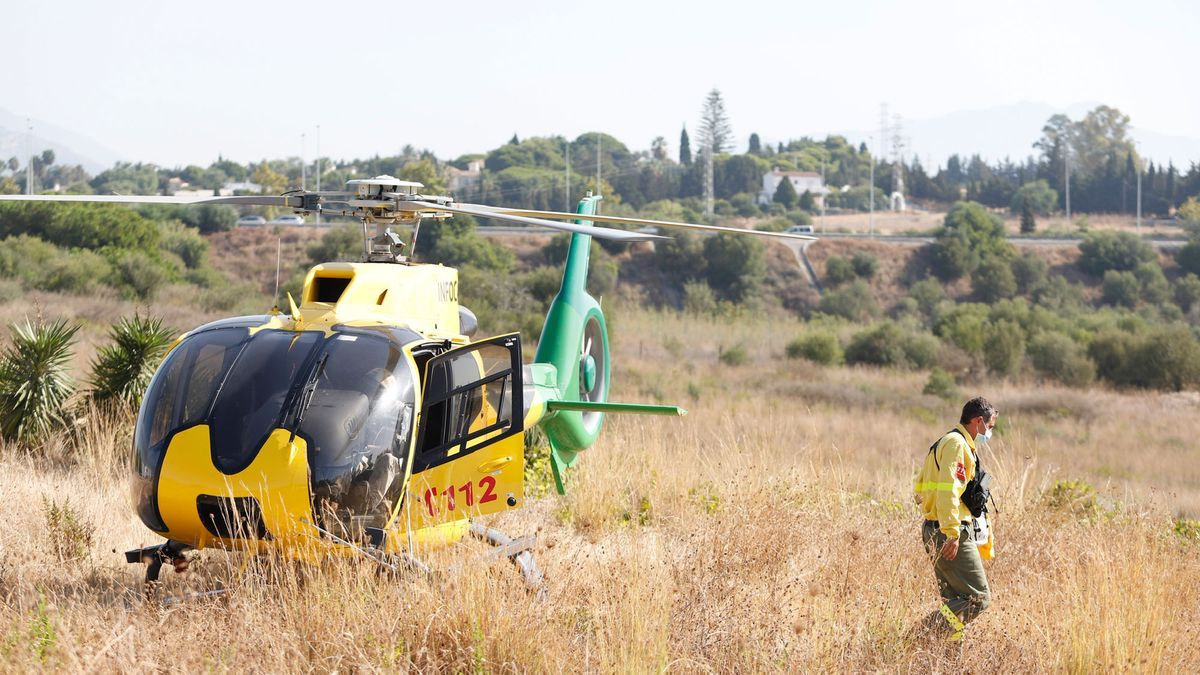 Un helicóptero del Infoca en los trabajos de extinción del incendio en Sierra Bermeja este sábado.