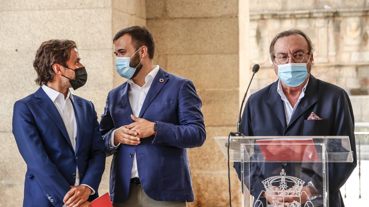 Salaya durante la presentación del centro de ocio, ayer en los soportales del ayuntamiento en la plaza Mayor de Cáceres.
