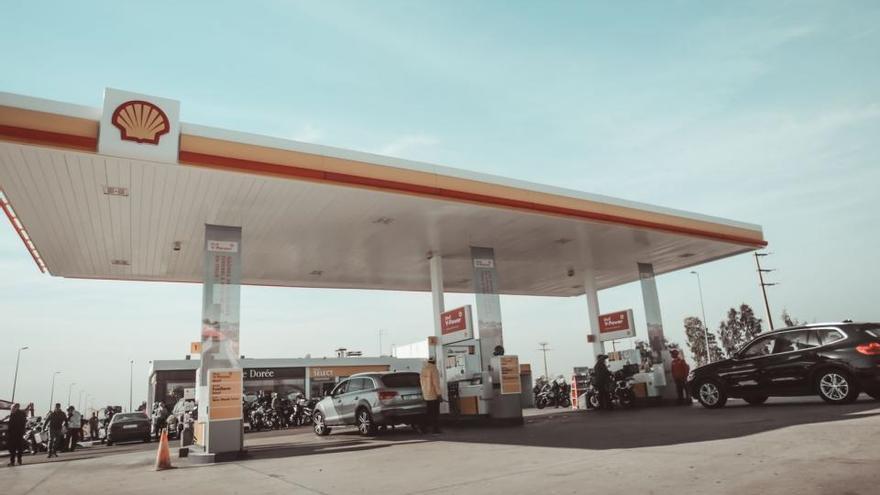 El precio de los carburantes vuelve a desbocarse y se coloca a niveles de 2014