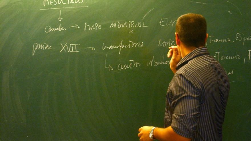 Un profesor, durante el desarrollo de una clase.