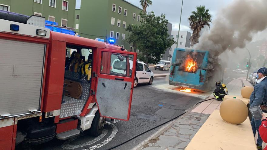 Arde una guagua frente al parque de Las Rehoyas