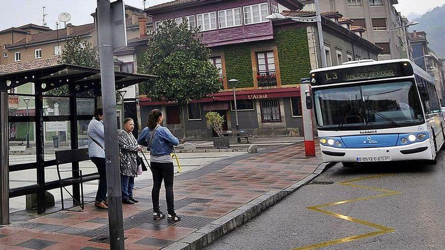 """Mieres invierte 450.000 euros en la compra de tres autobuses """"ecológicos"""""""