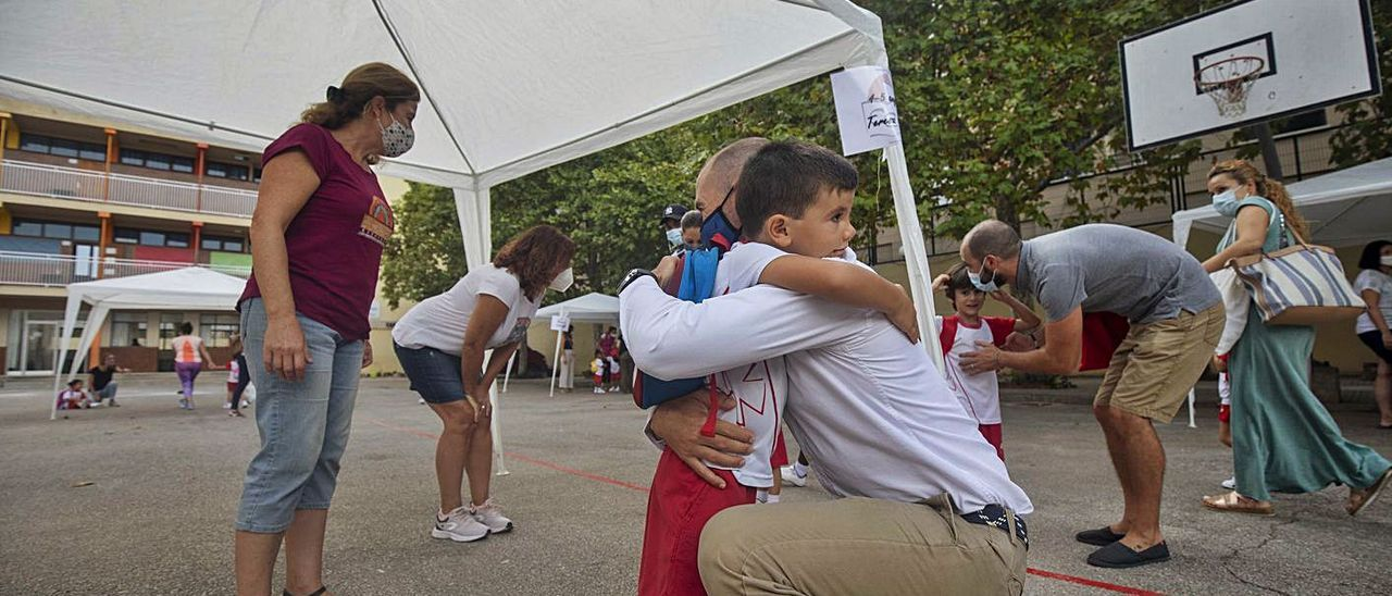 Padres dejando a sus hijos en la 'vuelta al cole' tras la pandemia | GUILLEM BOSCH
