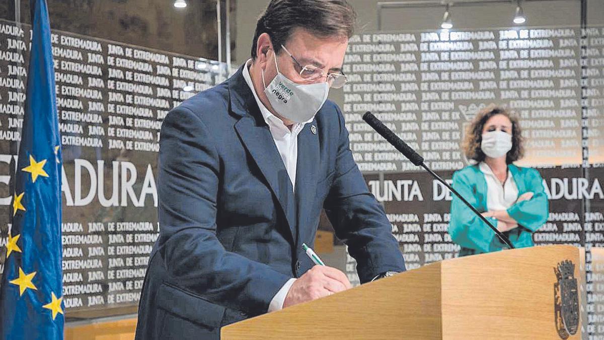 El presidente de la Junta de Extremadura junto a la consejera de Transición Ecológica, ayer en Mérida.