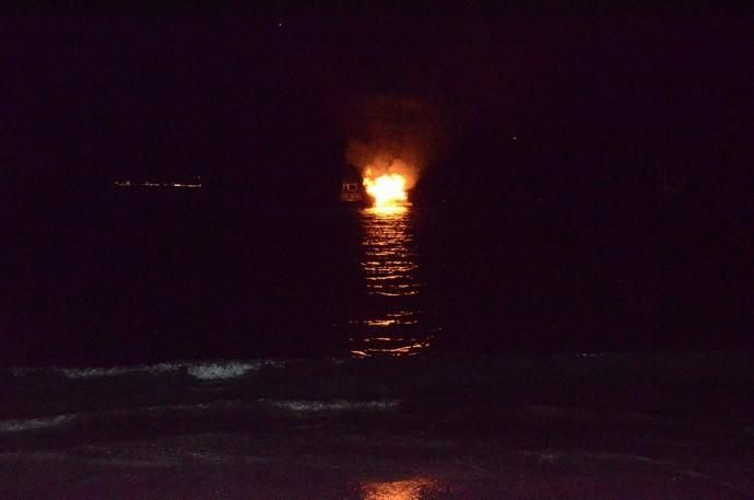 San Juan ilumina el mar de la Bahía de El Pajar