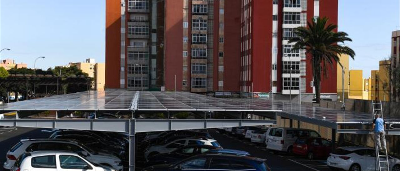 Un operario trabaja en la instalación de paneles solares en los aparcamientos de Infecar. | | JUAN CARLOS CASTRO