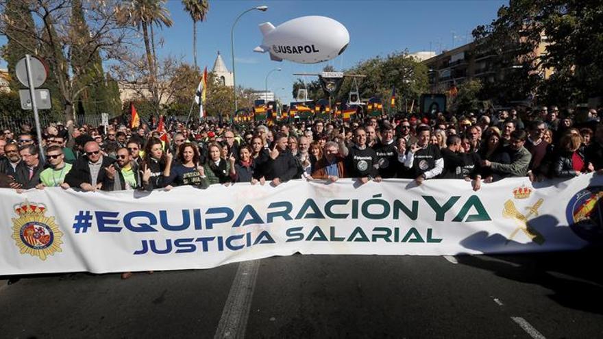 Miles de policías y guardias civiles protestan por las calles de Sevilla