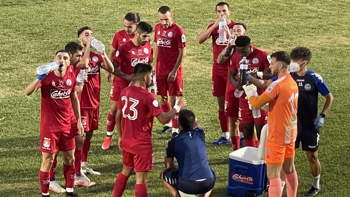 Rai habla con sus jugadores durante la pausa de hidratación del Coria-Antequera, el pasado sábado.