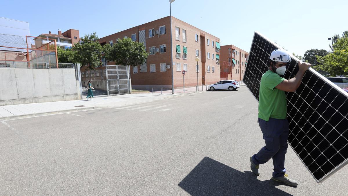 La instalación de las placas solares en la azotea del pabellón Siglo XXI ya ha comenzado.