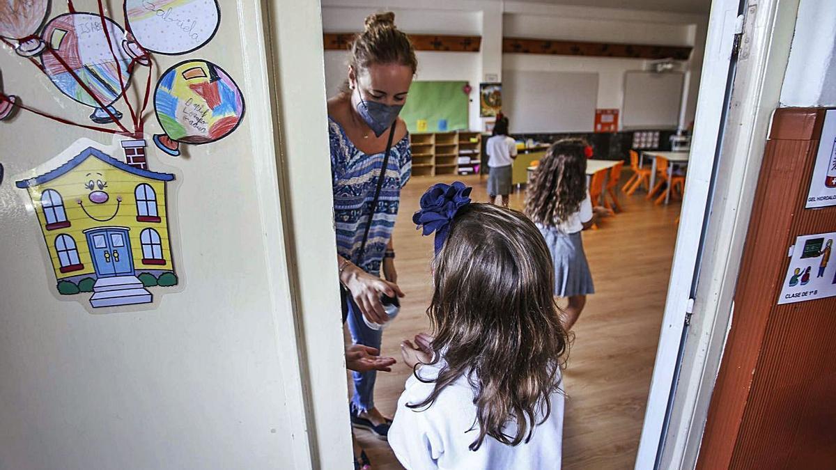 Medidas contra el coronavirus en un colegio. | PILAR CORTÉS
